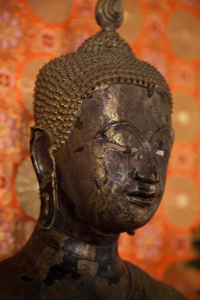 Photo de la tête d'une statue de Bouddha