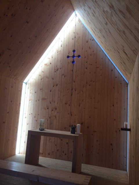 Vue de l'intérieur d'une chapelle en bois