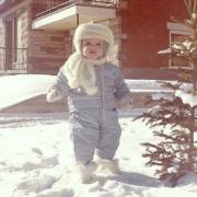 Photo d'un petit enfant marchant dans la neige