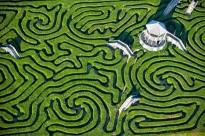 Photo aérienne d'un labyrinthe végétal