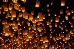 Photo de nombreuses lanternes brillant dans le noir