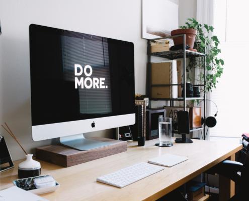 """Photo d'un écran d'ordinateur où l'on peut lire """"DO MORE."""""""
