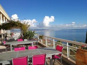 Photo d'une terrasse d'hôtel au bord de mer