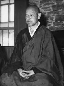 Photo de Shunryu Suzuki, en posture de méditation