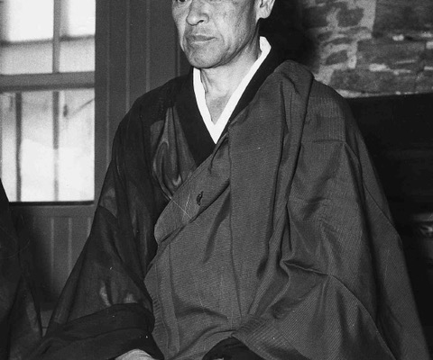 Photo de Shunryu Suzuki, en posture de méditation