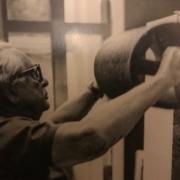 Photo de Hans Hartung travaillant avec un grand rouleau