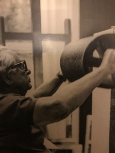 Photo de Hans Hartung travaillant avec un grand rouleau
