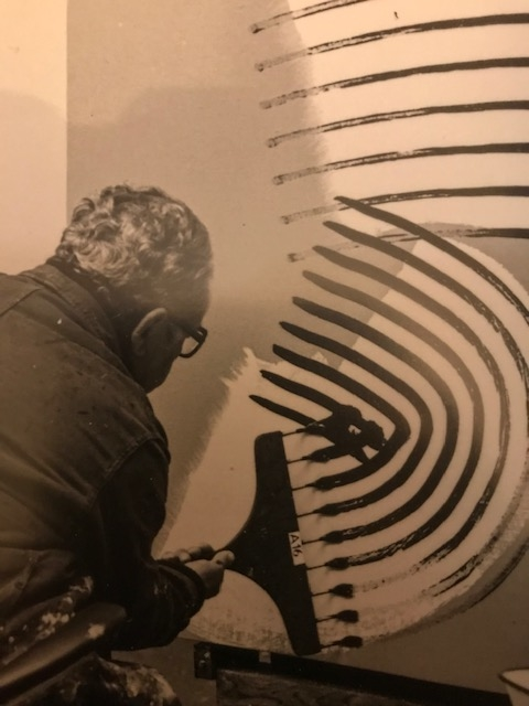 Photo de Hans Hartung travaillant avec un pinceau multiple
