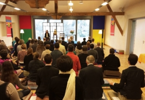 Photo de pratiquants méditant pendant un stage de l'École occidentale de méditation