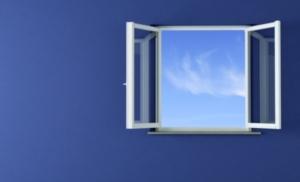 Image d'une fenêtre ouverte sur un ciel légèrement nuageux