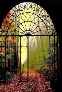 Image d'un portail forgé ouvrant sur un chemin à l'ambiance d'automne