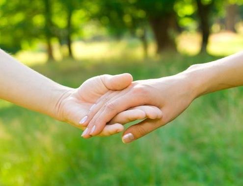 Image en gros plan de deux mains jointes