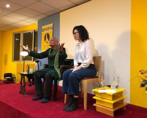 Photo de Satish Kumar et son interprète, lors de la soirée à la Maison de la méditation dont il était l'invité