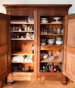 Photo d'une armoire ouverte, bien remplie