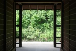 Image d'une ouverture donnant sur un bel espace vert