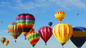 Photo d'un ensemble de montgolfières dans le ciel
