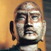 Photo d'un visage d'une sculpture de méditant