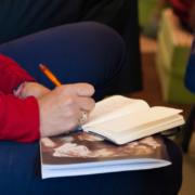 Photographie d'un étudiant prenant des notes